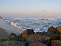 Küstenlinie-Ozean-Waldung stockfotografie