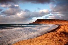 Küstenlinie am Sonnenuntergang, lange Berührung Lizenzfreies Stockbild