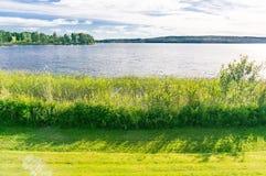 Küstenlinie und Seeblick im Sommer, Schweden Stockbilder