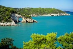 Küstenlinie von ACRO di San Felice, Puglia, Italien Lizenzfreie Stockbilder