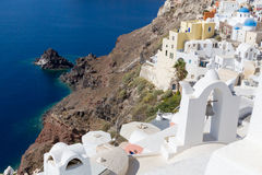 Küstenlinie von Santorini, Griechenland am mittleren Tag Stockfoto
