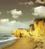Küstenlinieklippen in der goldenen Leuchte lizenzfreies stockfoto