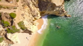 Küstenlinien-Algarve-obenliegender Luftschuß stock footage