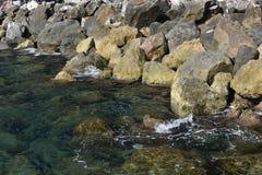 Küstenlinien-Stabilisierung mit schweren Steinen Lizenzfreie Stockfotografie