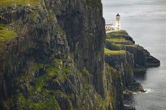 Küstenlinienlandschaft in Skye-Insel mit Leuchtturm schottland Großbritannien Stockfotografie