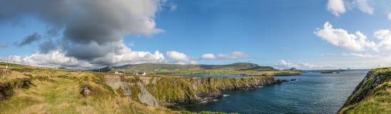 Küstenlinienpanorama von Island Valentia stockfotos