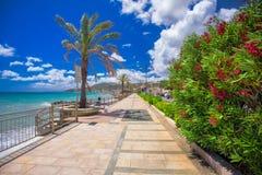 Küstenlinienpromenade mit Palmen in Cogoleto-Stadt, Italiener Riviera Lizenzfreies Stockfoto