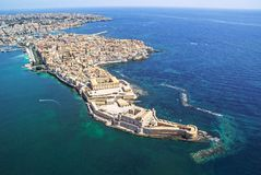 Küstenlinienstadt Syrakus Sizilien und Ortigia-Insel stockfotos