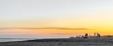 Küstenlinienurlaubsstadt während der goldenen Stunde des Sonnenuntergangs und das Meer und der Strand stockfoto