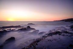 Küstenmagie mit seidigem macht Wellen glatt Stockfotografie