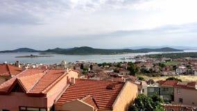 Küstenpanorama der touristischen Stadt, Insel Cunda Alibey, Ayvalik Es ist eine kleine Insel im n stock video footage