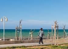 Küstenpassagierstraße in gehender Ansicht Griechenland-Frau See lizenzfreies stockfoto