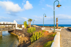 Küstenpromenade in Costa Teguise-Stadt Lizenzfreies Stockfoto