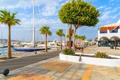 Küstenpromenade im Jachthafen Rubicon mit Yachtbooten Stockfotos