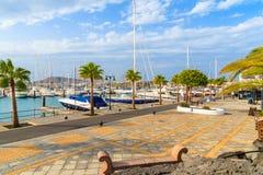 Küstenpromenade im Jachthafen Rubicon mit Yachtbooten Stockbild