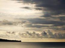 Küstenschattenbild und -himmel Stockfoto
