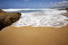 Küstenschaum Spumewelle im Sand lizenzfreie stockfotografie