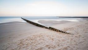 Küstenschutz mit Buhnen in dem Meer Lizenzfreie Stockfotos