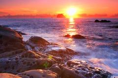 Küstensonnenaufgang mit goldenem Meer Lizenzfreie Stockfotografie