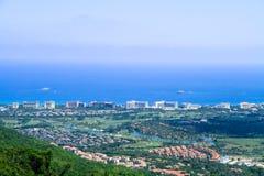 Küstenstadt auf dem Meer Stockbild