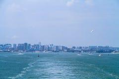 Küstenstadt auf dem Meer Stockfotografie