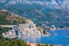 Küstenstadt Rafailovici, Budvanska Riviera, Montenegro Adriatischer Erholungsort mit Strand und Stockfotos