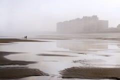 Küstenstadt reflektierte sich im Strand Stockbild