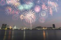 Küstenstadt von Thailand mit den Feuerwerken, die das neue Jahr feiern Lizenzfreie Stockfotografie