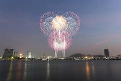 Küstenstadt von Thailand mit den Feuerwerken, die das neue Jahr feiern Stockfotografie