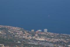 Küstenstadt von weit weg stockfotografie