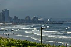 Küstenstrand durch uShaka in Durban-Stadt Lizenzfreie Stockfotografie