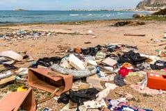 Küstenverminderung mit dem schmutzigem Strand, Abfall und dem Hausmüll, die den Capaci-Strand in der Provinz von Palermo verunrei stockfotos