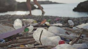 Küstenverschmutzung durch das Meer stock video footage