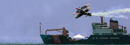 Küstenwache, die blauer Engels-Flugschau ansieht Lizenzfreie Stockbilder
