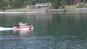 Küstenwache mit Maschinengewehr stock footage