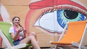 Kądziołek wiruje w dziewczyny ` s rękach na tle graffiti, bawić się z nową przędzalnictwo zabawką outdoors, wir w ręki dziewczyni zbiory wideo