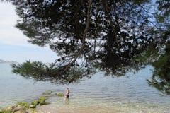 Kąpać się ludzi w Adriatyckim morzu Zdjęcia Stock