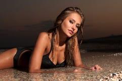 kąpania lying on the beach kostiumu wody kobieta Zdjęcie Stock