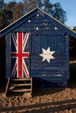 K?pania pude?ko z Australijsk? flag? na nim przy Brighton pla?? w Melbourne obrazy stock