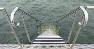 Kąpanie drabina robić stal nierdzewna Schodki w morze na molu dla przyjemności łodzi Zdjęcie Stock