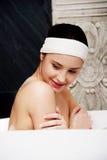 Kąpanie kobieta relaksuje w skąpaniu obraz royalty free