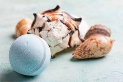 Kąpielowa bomba i seashells obrazy royalty free