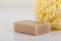 Kąpielowa gąbka i naturalny mydło obrazy stock