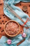 Kąpielowa sól, kadzidłowi kije, błękitna jedwabnicza tkanina zdjęcia stock