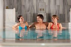 kąpielowego przyjaciół basenu pływacki thermal trzy fotografia royalty free