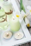 Kąpielowi produkty, świeczki, drewniany tło Fotografia Stock