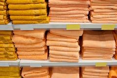 Kąpielowi ręczniki jaskrawi kolory na kontuarze sklepu kontuar z rzędu z rzędu sprzedaż Zdjęcia Royalty Free