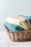 Kąpielowi ręczniki w łozinowym koszu Obrazy Stock