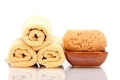 kąpielowi zdroju gąbki ręczniki Zdjęcia Royalty Free