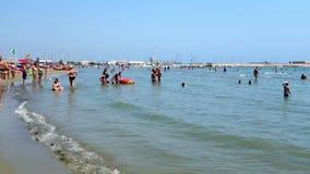 Kąpielowiczy kąpielowiczy lata Denna plaża zbiory
